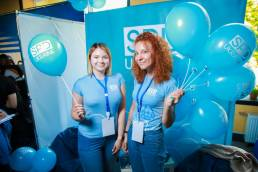 girts with blue balloons